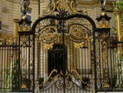 Директор итальянского театра протаранил ворота французского президента